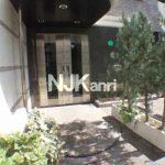 三鷹駅徒歩2分、三鷹市下連雀3丁目のオートロック付賃貸1Kマンション(エントランスの写真)