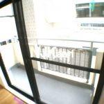 三鷹駅徒歩2分、三鷹市下連雀3丁目のリノベーション分譲賃貸1Kマンション(バルコニーの写真)